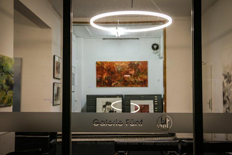 Blick durch Glas auf LED Ringleuchte TheO