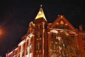 rekonstruierte Turmspitze eines Cottbuser Gebäudes in der Nacht beleuchtet