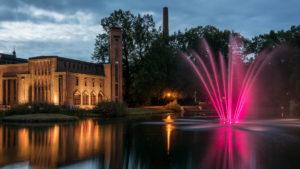 Lichtinstallation an einem Springbrunnen in Cottbus