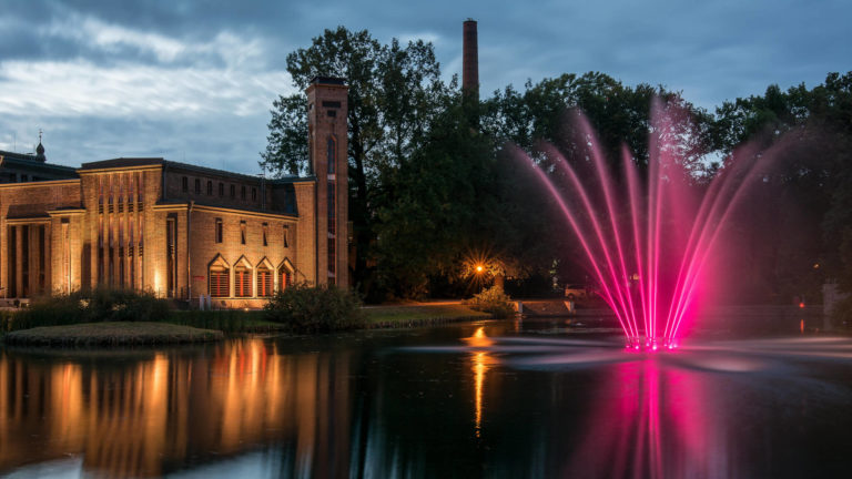 Lichtinstallation an einem Springbrunnen in Cottbus