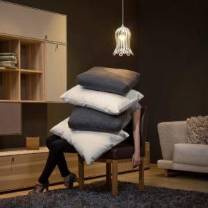 Bluetenfoermige Designer Haengeleuchte in einem Wohnzimmer