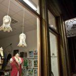 Designer-Hängeleuchte-de.taille in dem Schaufenster einer Boutique