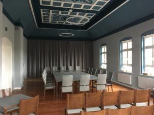 Designer-Leuchte-TheO im DRatssaal des Rathauses Dommitzsch in Sachsen