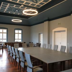 Designer Ring-Leuchte über Konferenztisch Ratssaal des Rathauses Dommitzsch in Sachsen