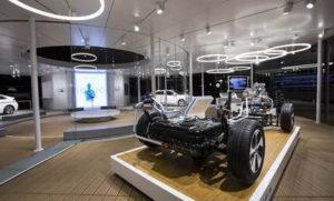 Designerleuchte TheO auf einer Automobil-Messe-Ausstellung