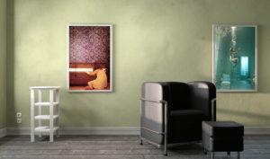 Ein dekoratives Bild an einer Wand mit LED Panel beleuchtet