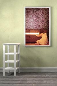 hinterleuchtetes Bild - Mädchen schaut in eine Truhe aus der ein Licht scheint.