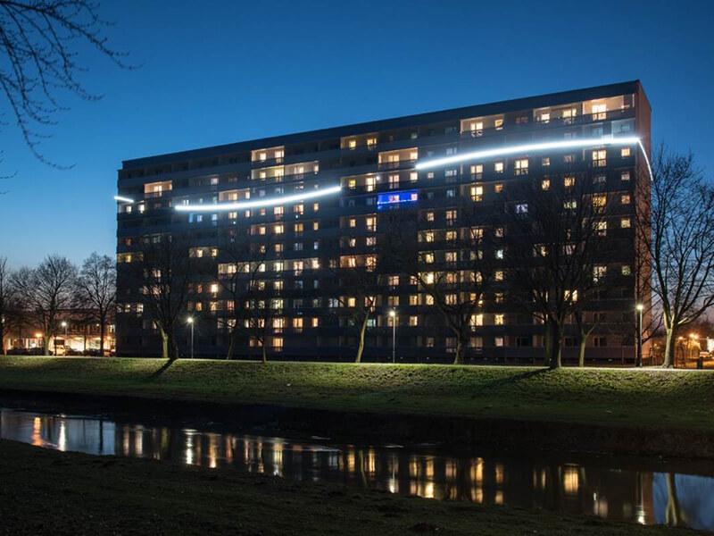 Hochhaus am Senftenberger See bei Nacht mit Lichtkonzept von Leuchtstoff