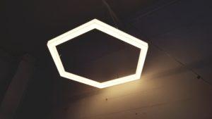 wabenfoermige LED Leuchte weiß leuchtend