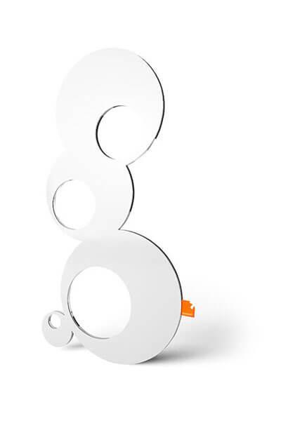 Kleine LED-Wandleuchte Sweet Bubbles bestehend aus vier verschiedenen großen Kreisen aus Plexiglas und Stahlblech.