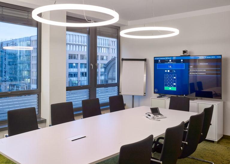 LED Designer Ringleuchte TheO im Besprechungsraum der LEAG Berlin