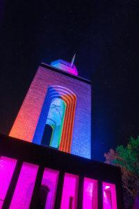 oberer Teil des Bismarckturms in Burg bei Nacht beleuchtet