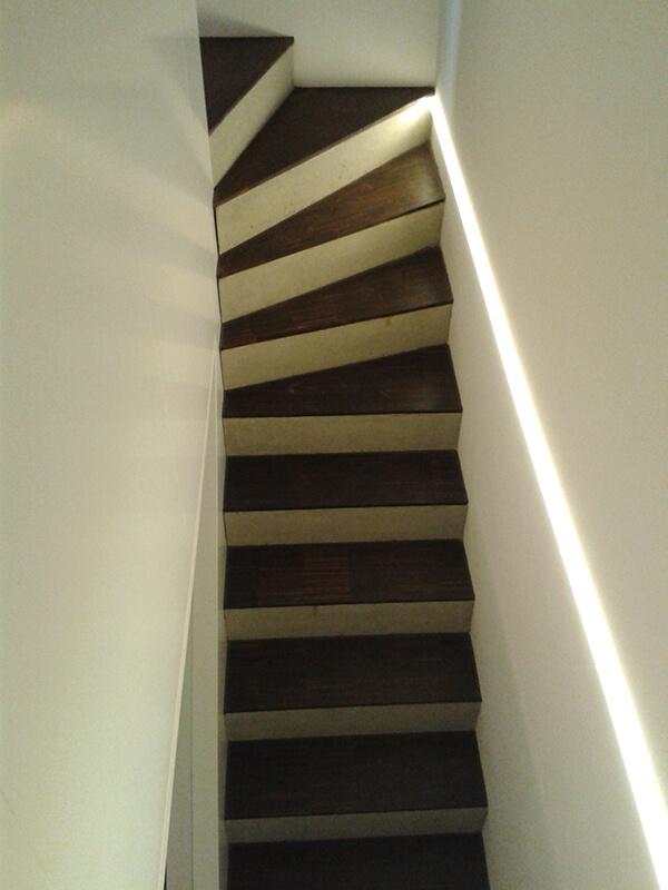 Blick von oben auf Treppe und Desig-LED-Beleuchtung