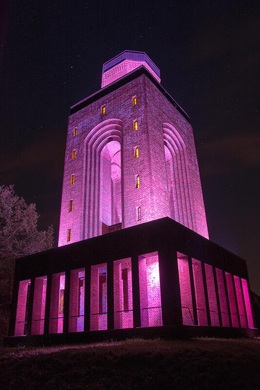 Lichtkunst von Lichtmanufaktur Leuchtstoff am Bismarckturm in Burg