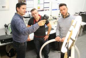 Stefan-Restemeier-mit-Experten von der BTU-beim Test-der-Ringleuchte