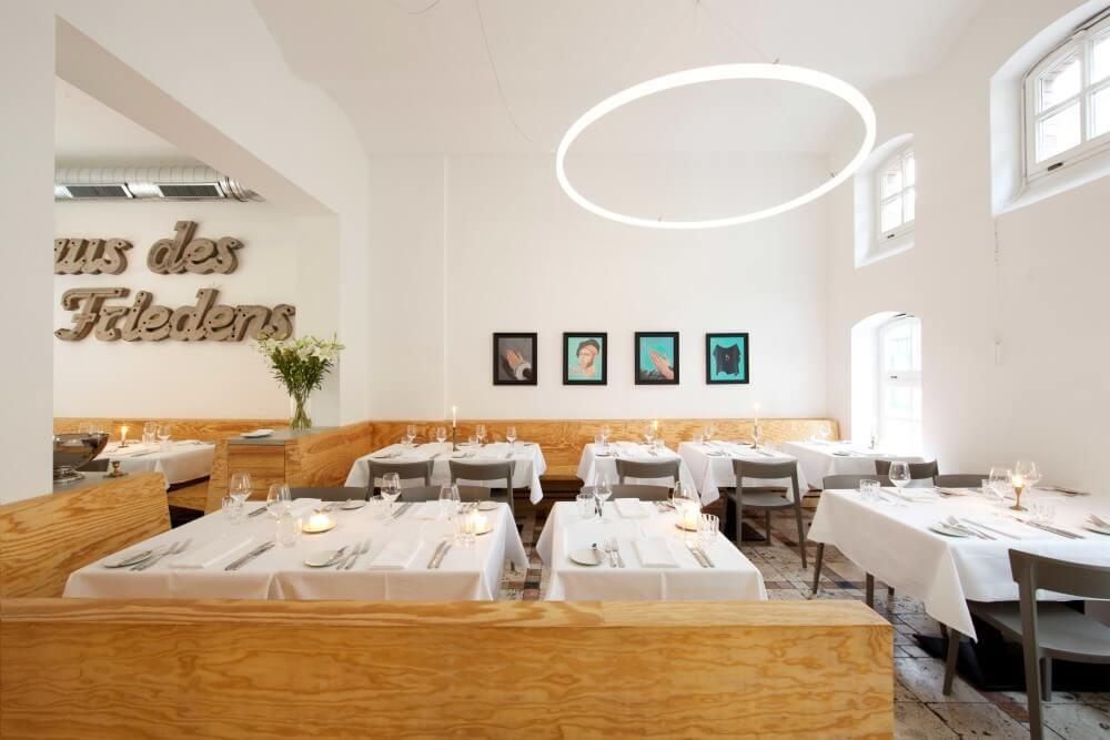 Designerleuchte TheO über den Tischen des Restaurants Ross in Berlin