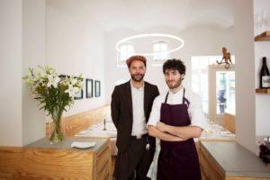 Chef und Koch des Restaurant Ross in Berlin im Hintegrund Designerleuchte TheO