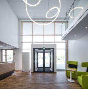 TheO-Designerleuchte im Foyer der Firmenzentrale Aktivoptik Service GmbH in Bad Kreuznach