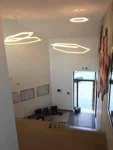 Geometrische LED Haengelampen in einem Treppenflur