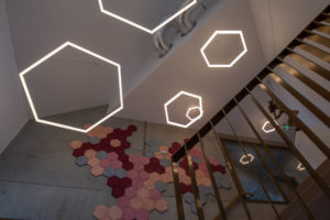 Hexagon-förmige Designerleuchten in einem Treppenflur