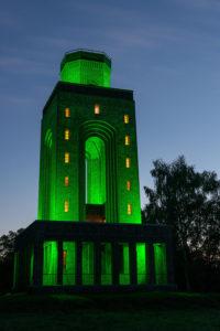 indirekte gruene LED Beleuchtung des Bismarck Turms im Spreewald
