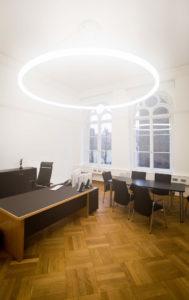 LED Designer Leuchte TheO im Konferenzraum Landgericht