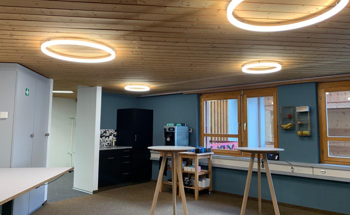 vier LED Ringleuchten TheO im Aufenthaltsraum der Flotron AG