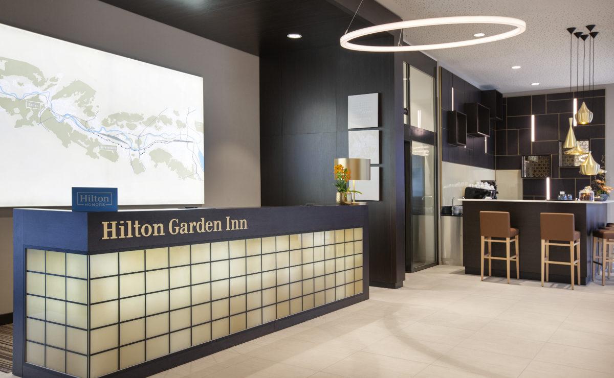 Ringleuchte TheO im Empfangsbereich des Foyers Hilton Hotel Garden Inn Zürich