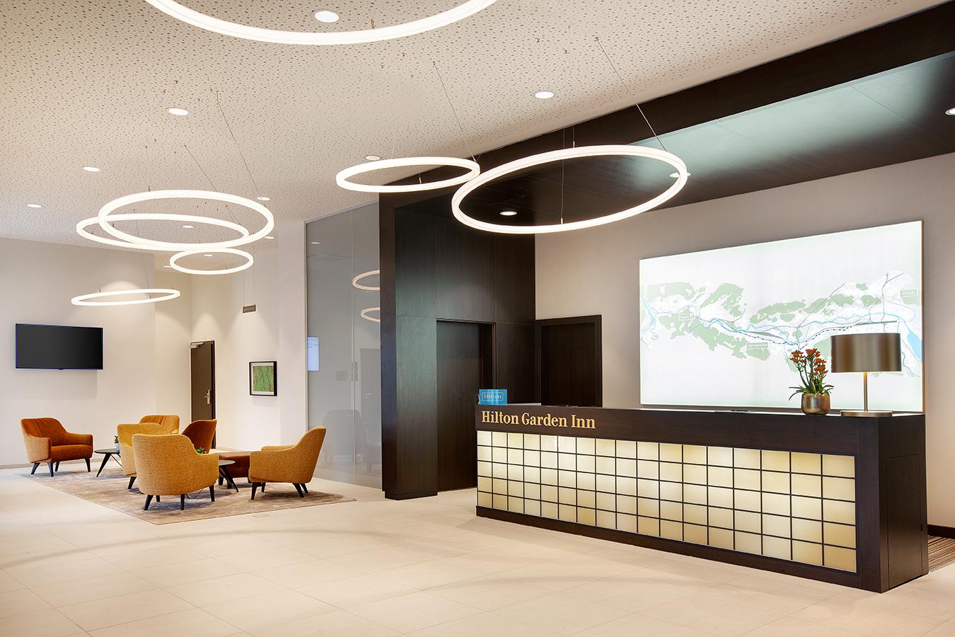 Ringleuchte TheO im Foyer des Hilton Garden Inn Zürich