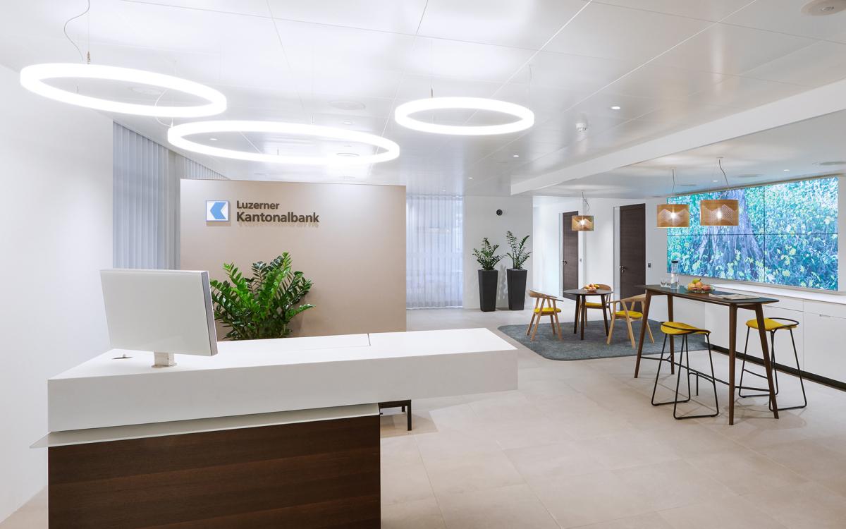 LED Ringleuchten TheO in den Geschäftsräumen der Luzerner Kantonalbank