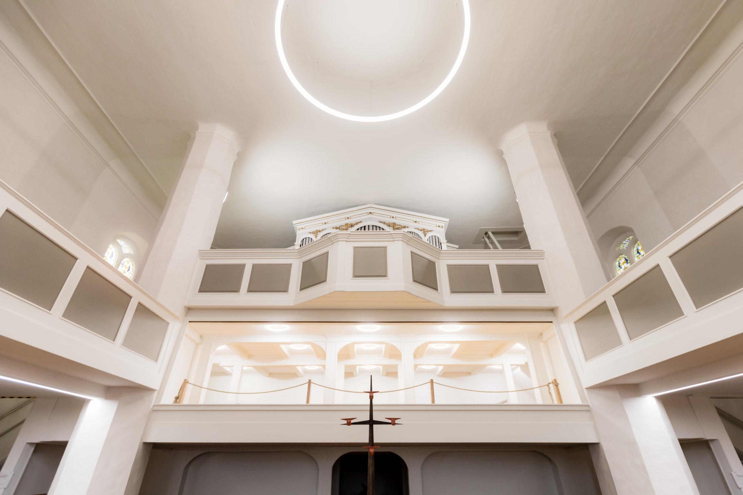 Kirchenbeleuchtung-mit-Led-Ringleuchten-und-Linienleuchten-scaled