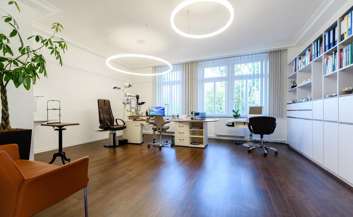 Behandlungszimmer und Büro Augenarzt mit LED Ringleuchten