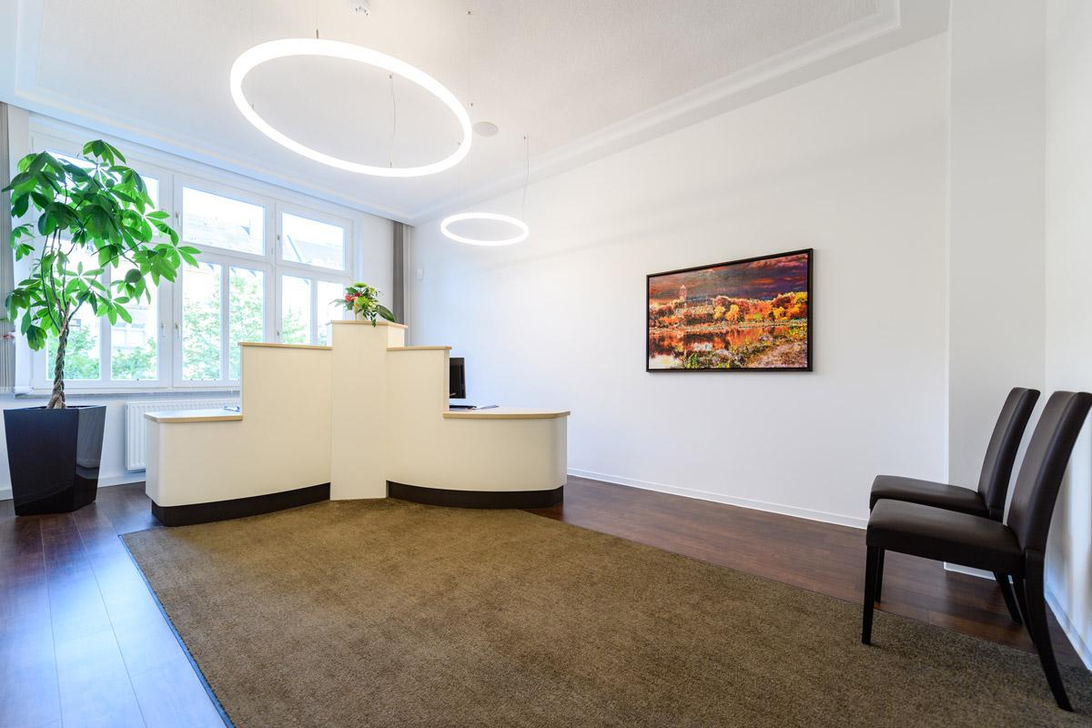 Empfangsbereich Thresen Arztpraxis mit LED Ringleuchten