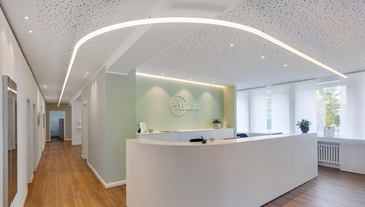 Empfangsthresen Arztpraxis mit LED-Beleuchtung