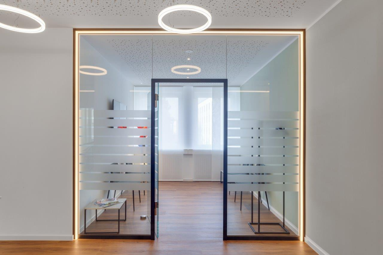 Glastür eingerahmt mit LED Linienleuchten in warmweiß