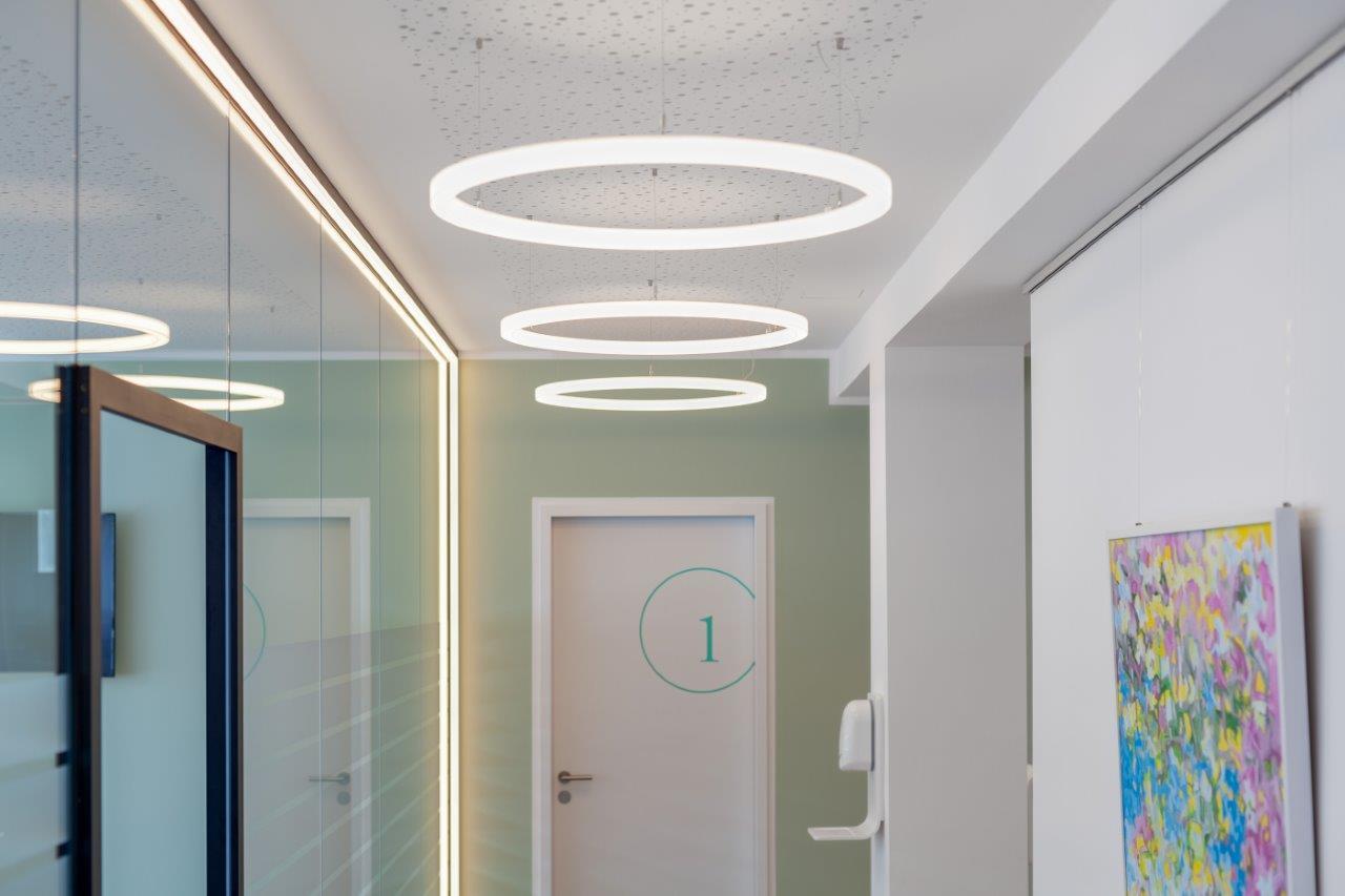 LED-Ringleuchten an der Decke des Flurs - Arztpraxis Ahlers