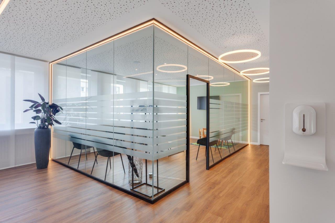 Warteraum mit Glaswänden umranden von LED Linien - im Warteraum LED-Ringleuchten an der Decke