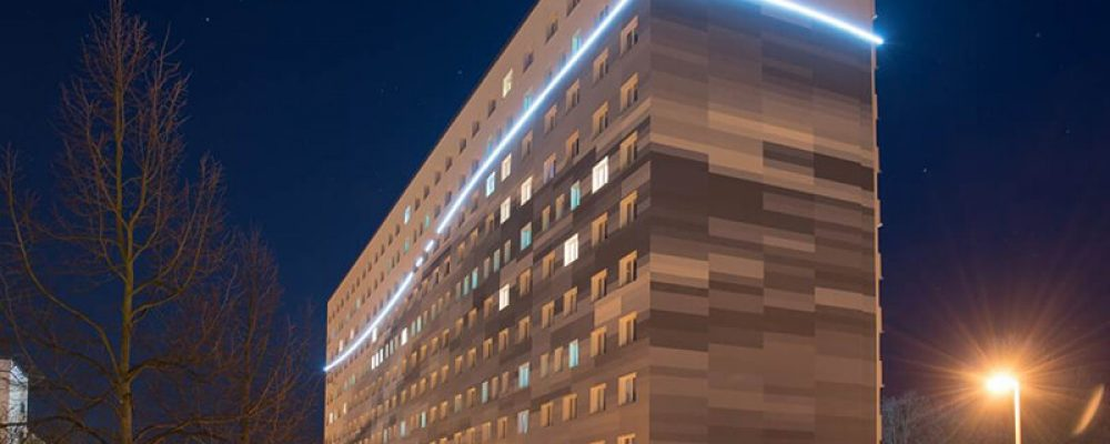 Aussenbeleuchtung mit LEDs bei einem Hochhaus am Senftenberger See