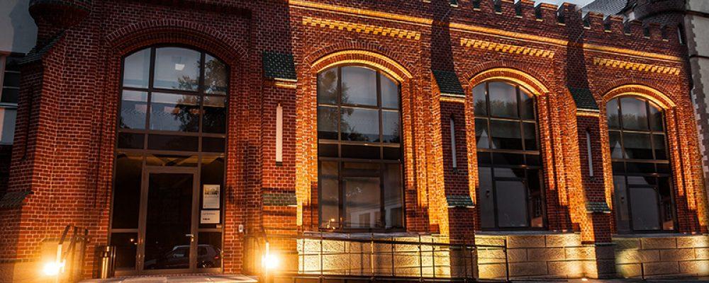 E-Werk Cottbus mit neuer LED- Außenbeleuchtung bei Nacht