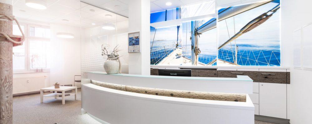 Blick auf Thresen mit Flächenlicht - beleuchtes Bild Seegelboot Meer