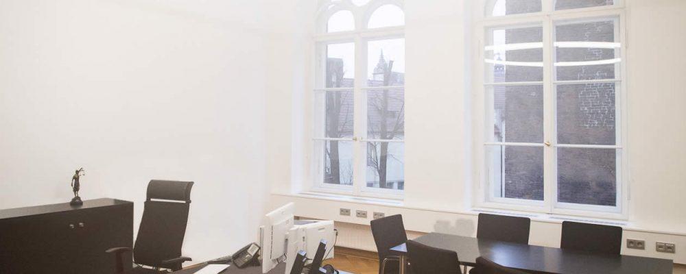 LED Designer Leuchte TheO im Konferenzraum des Landgerichts