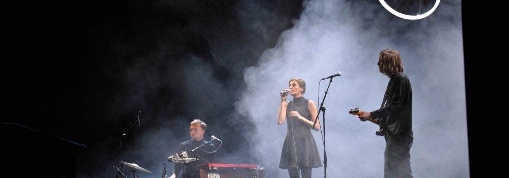 LED-Ringleuchte TheO auf der Bühne Filmfestival Cottbus Band spielt