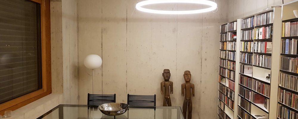LED Ringleuchte TheO in einem privaten Kunstraum im Kanton Solothurn/Schweiz.